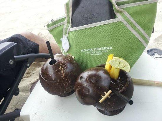 Moana Surfrider, A Westin Resort & Spa : Drinks at the beach