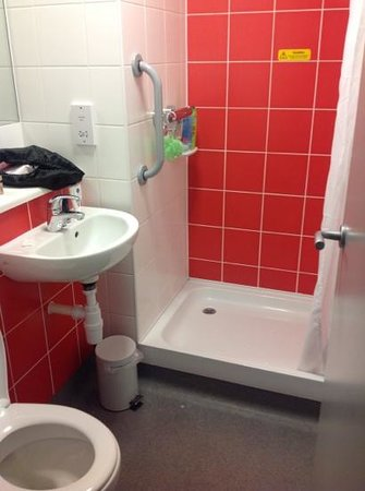 Travelodge Edinburgh Cameron Toll : bathroom