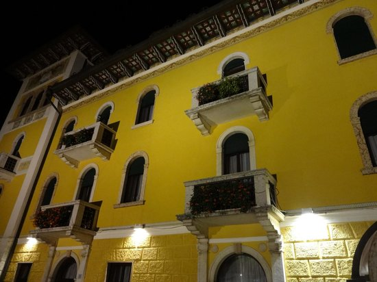 Grand Hotel Astoria: By night