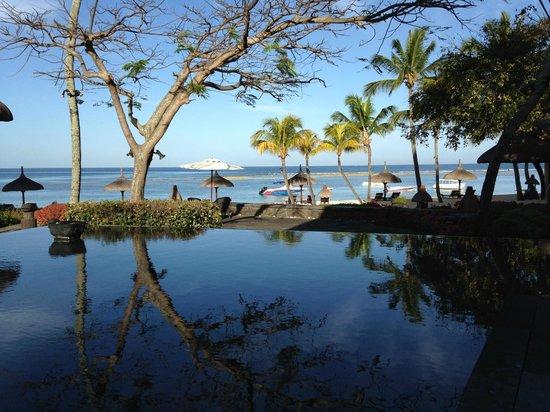The Oberoi, Mauritius: Estanque entre restaurante y bar