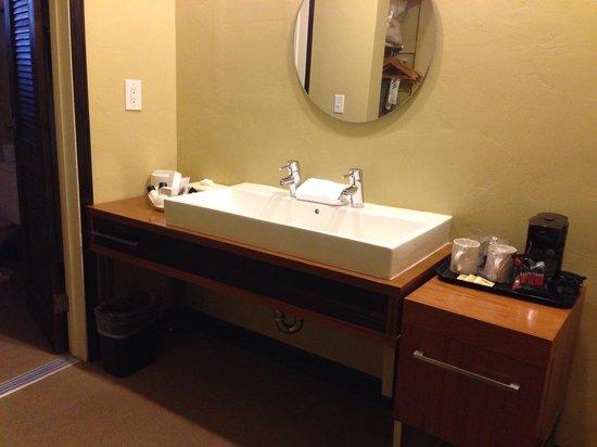 Inn At East Beach : Bathroom Vanity