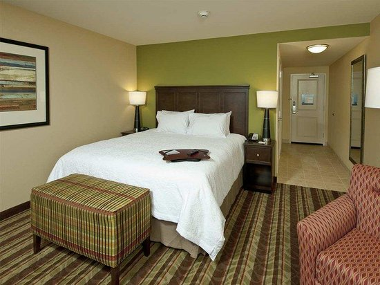 Hampton Inn Augusta: Guestroom with one king bed