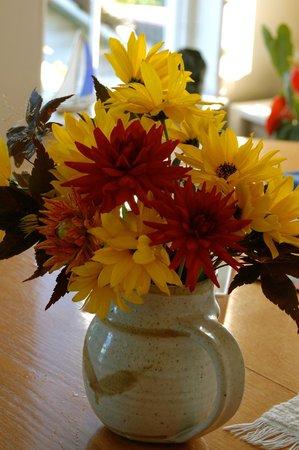 Crofton by the Sea Bed & Breakfast: Flowers in the breakfast area