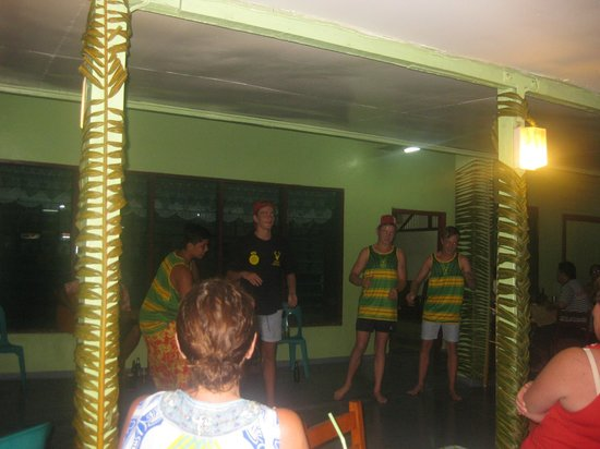 Vaisala Hotel : Boys do their own Samoa siva's