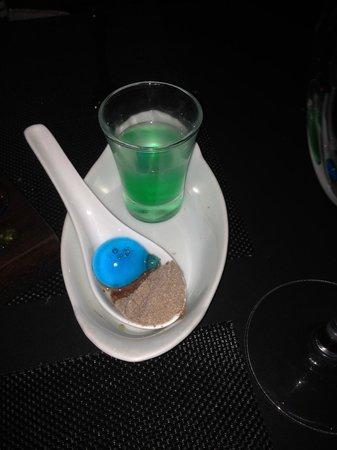 Poco Tapas: Drink de menta com água de coco(copo) e licor com nutella em pó