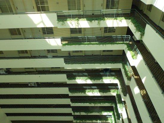 DoubleTree Suites by Hilton Boston-Cambridge : Corridors overlooking reception area