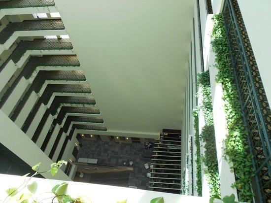 DoubleTree Suites by Hilton Boston-Cambridge : corridors overlooking reception