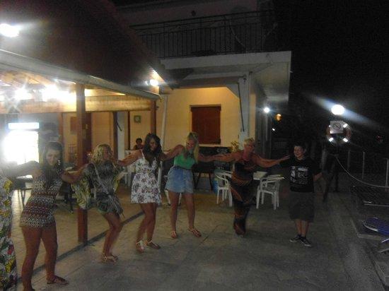 Tassia Studios Apartments and Pool Bar: Greek night!