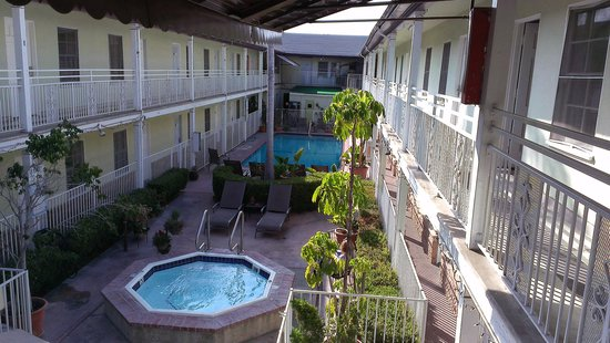 Coral Sands Motel: courtyard