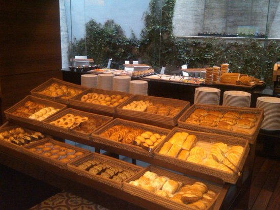JW Marriott Hotel Mexico City Santa Fe: Breakfast buffet breads.
