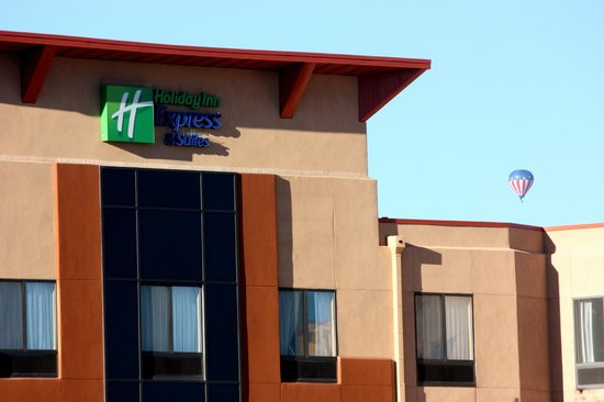 Holiday Inn Express & Suites Albuquerque Old Town: Balloon near the hotel