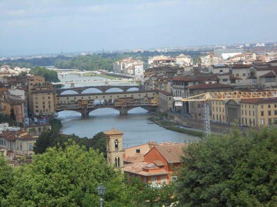 Basilica San Miniato al Monte : Desde el mirador, una vista del Arno y el Ponte Vecchio