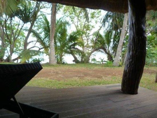 Kanua Tera Ecolodge: terrasse du bungalow avec accès plage
