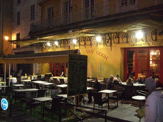 Place du Forum : Café Van Goghはゴッホの「夜のカフェ」に描かれた店