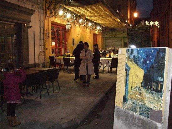 Place du Forum : ゴッホの絵のアングルには案内プレートにゴッホの絵がプリントされていてわかりやすい