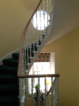 Pennyland House B&B: Central staircase