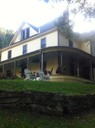 The Buck House Inn on Bald Mountain Creek: porch swing relaxation