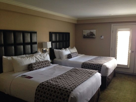 Crowne Plaza Orlando Downtown : Room with two qween beds, Juliet balcony but doors don't open.