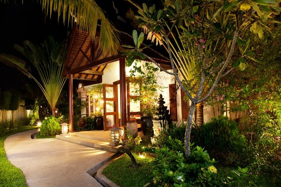 BEST WESTERN Suites and Sweet Resort Angkor: Entrance at night ti,e