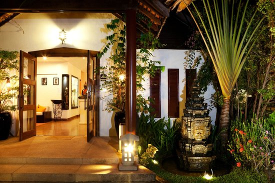 BEST WESTERN Suites and Sweet Resort Angkor: Lobby Entrance at night ime