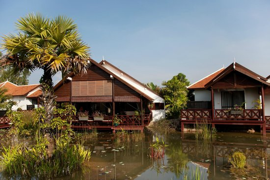 BEST WESTERN Suites and Sweet Resort Angkor: View of the restaurant surrounded by the natural pond