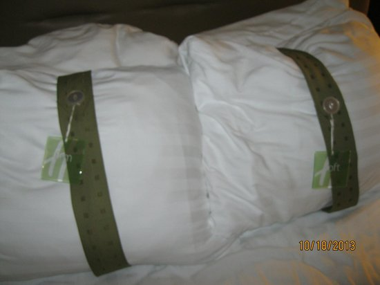 Holiday Inn & Suites Across from Universal Orlando: soft or firm pillow's, your choice