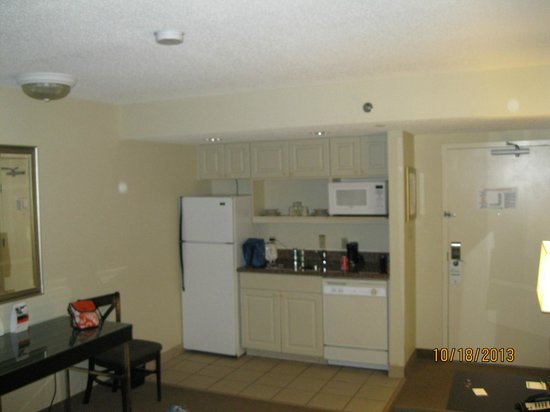 Holiday Inn & Suites Across from Universal Orlando : kitchenette