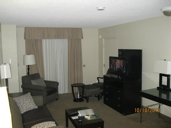 Holiday Inn & Suites Across from Universal Orlando : Living room
