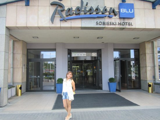 Radisson Blu Sobieski Hotel Warsaw: afueras del hotel, puerta principal.