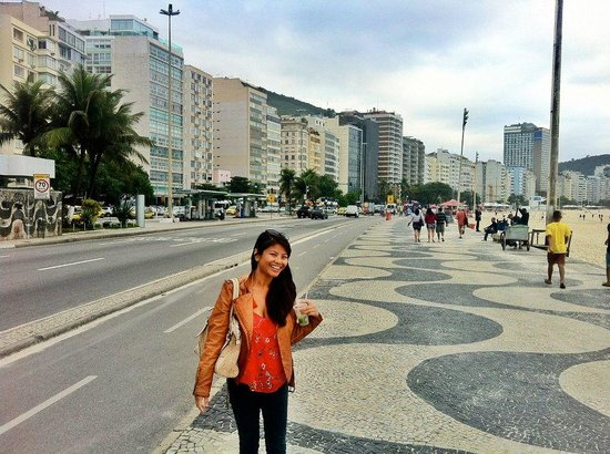 Orla Copacabana Hotel: In front of hotel..getting my drink on at Copacabana!