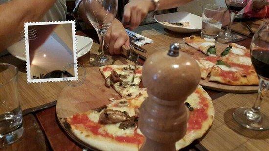 Isola Sarda: Pizza de pollo con champiñones la de la izquierda y pizza de 4 queso la de la derecha... Muy del