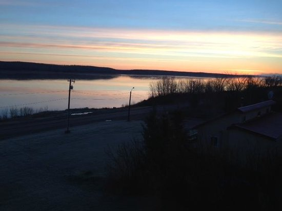 Fort Simpson, Canada: Sunrise over the MacKenzie River in front of the B&B