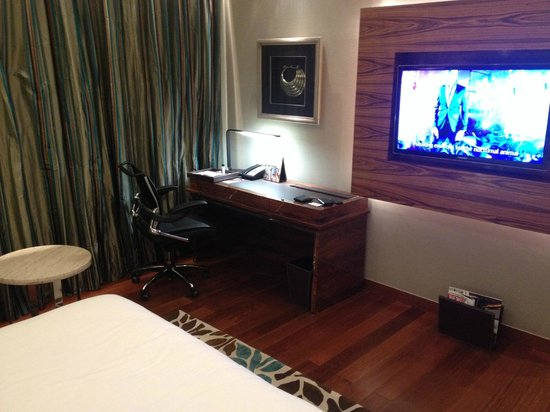 Taj City Centre Gurugram: Desk and TV