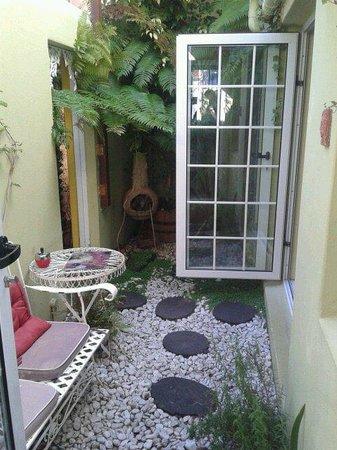 La Rose Bed & Breakfast: Garden of the Garden room.