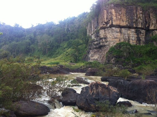 Pongour Falls: Если спустится по дорожке за магазином открывается вот такой вид