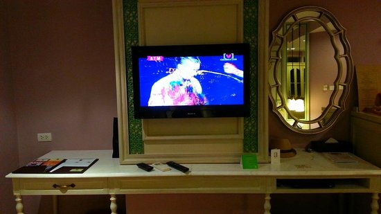 Salil Hotel Sukhumvit Soi 11: TV (Less English Channels) & DVD