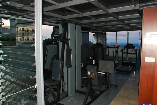 Ariva Gateway Kuching: outdoor gym next to pool