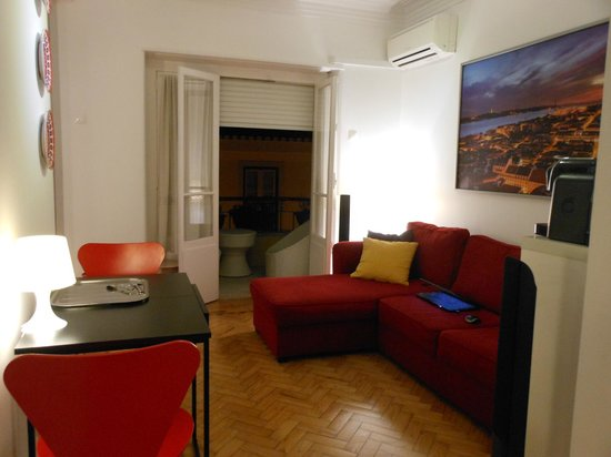 Lisbon City Break Apartments: SALON AVEC VUE SUR BALCON