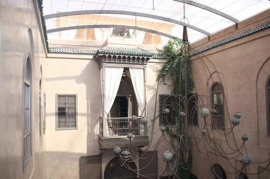 Riad Noir d'Ivoire: Chanelier in middle of Riad