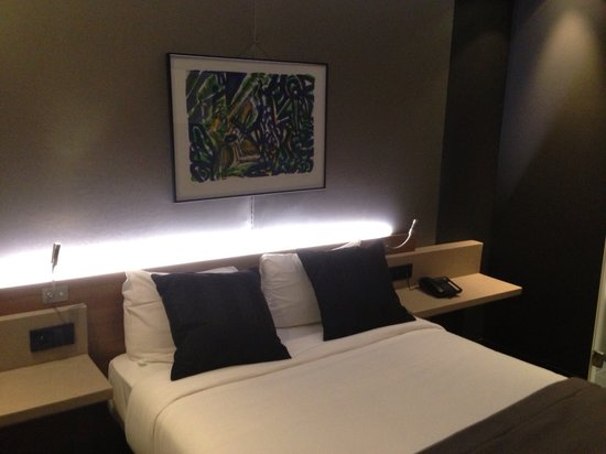 Fred Hotel : Queen bed in the luxury room