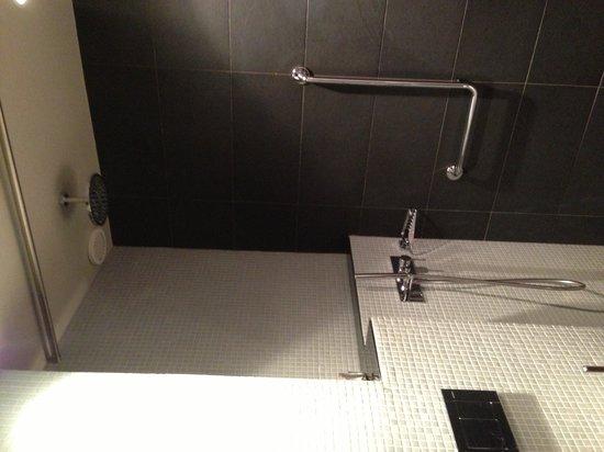 Fred Hotel : Luxury room bathroom