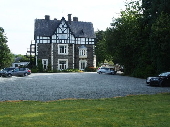 Dolserau Hall Hotel: Car park. Entrance to right