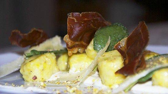 Taverna 800 : Gnocchi ai pistacchi su fonduta di pecorino e cialde di speck