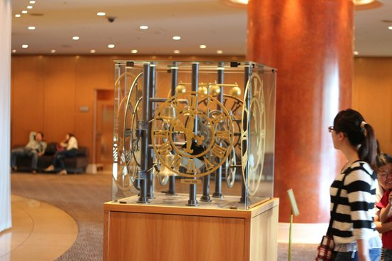 Swissotel Nankai Osaka: Elegant clock in the lobby