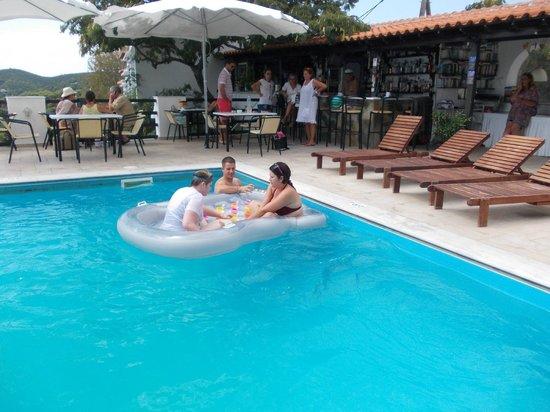 Villa Apollon Skiathos: Jessica,Mark & Becky in Pool