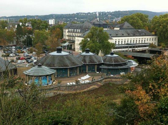 PK Parkhotel Kurhaus: Foto van het complex vanaf het wandelpad op de berg