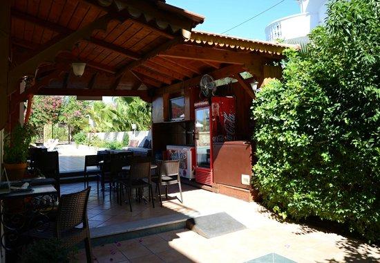 Elarin Studios & Apartments: pool bar