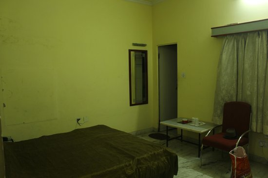 Hotel Laxmi Niwas: dull rooms, light from cam flash