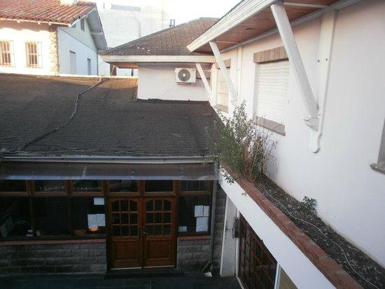 Hotel de Cine Las Golondrinas : ...otra vista desde la habitación. Amplias ventanas.