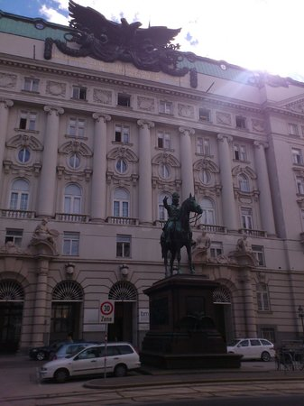 Best Western Hotel Pension Arenberg: ministero welfare di fronte